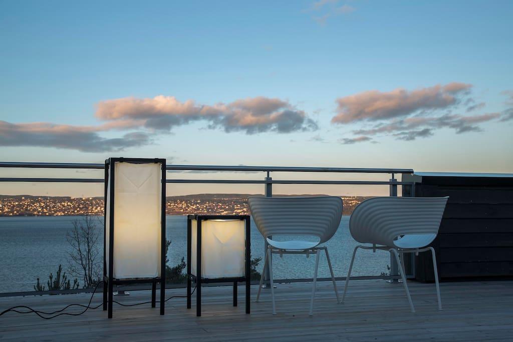 Kveldsstemning og godt med utelys på takterrassen.