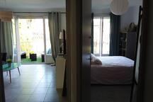 Le séjour et l une des deux chambres donnent directement sur la terrasse sans vis à vis ...