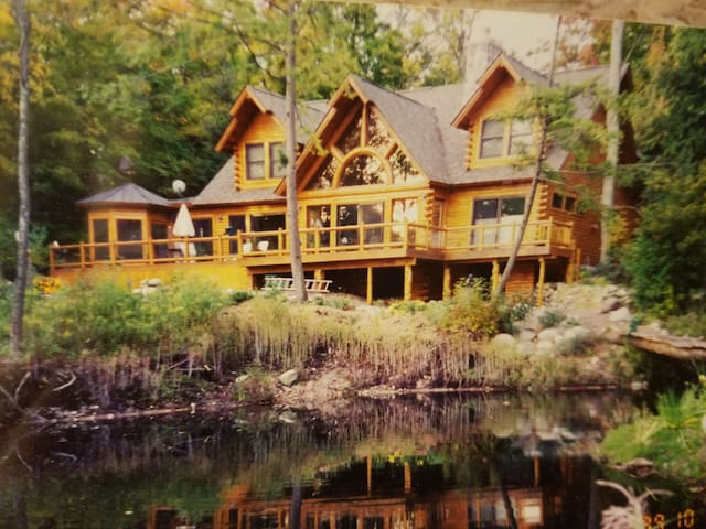 Magnificent, 5B Log Home on Gr. Traverse Bay beach