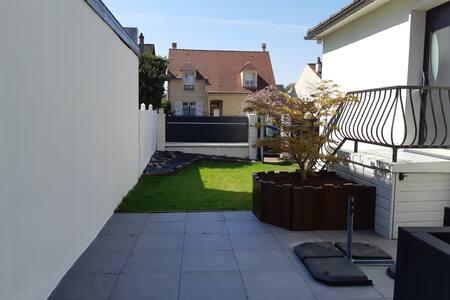 Maison et jardin dans quartier calme proche Paris