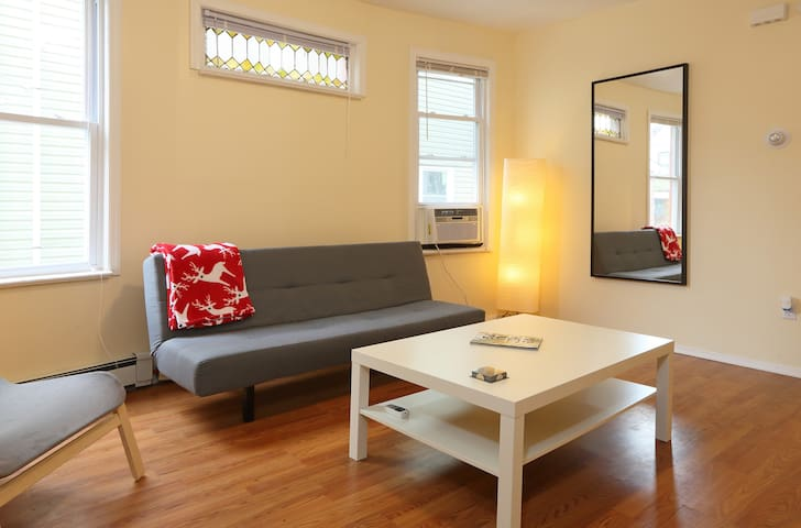 Sunny 3 Bedroom Apt Mins from NYC, TV/Washer/Dryer