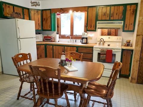 Snug Rustic 2BR Cottage near beautiful Wyman Lake!