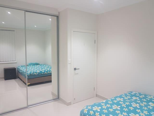 Double Bedroom in Modern Unit near Train Station