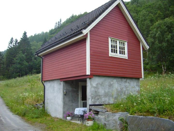 Feriehus like ved fjorden