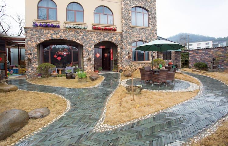 安吉南山小坞民宿,舒适大床房,靠近市区的田园安逸,超大院子,近hellokitty主题乐园 - Huzhou - Bed & Breakfast