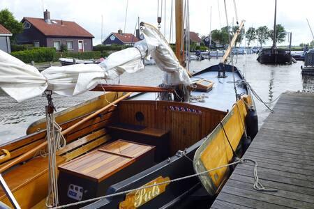 Unieke overnachting op mooie platbodem Zeilschouw - Boat