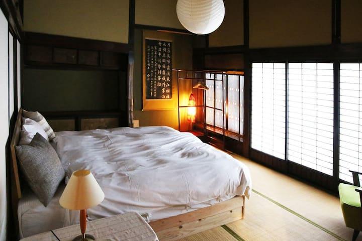 """1階寝室(ダブルベット仕様時)/The Japanese-style room on the first floor is a traditional """"Okuzashiki"""".( 16.5 m²)"""
