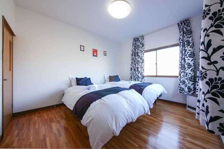 [Room B] The room has two single beds. The size is 97cm×195cm.