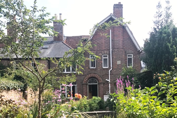 Fabulous Arts & Crafts house in the very heart of Marlborough steps from the High St - Sleeps 7 + baby