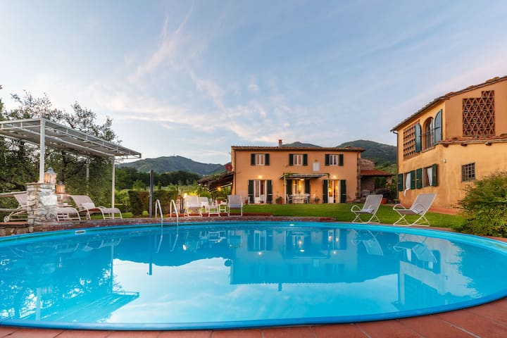 ROMANTIC FARMHOUSE VILLA WITH PRIVATE INFINITY POOL AND GREAT VIEWS IN LUCCA