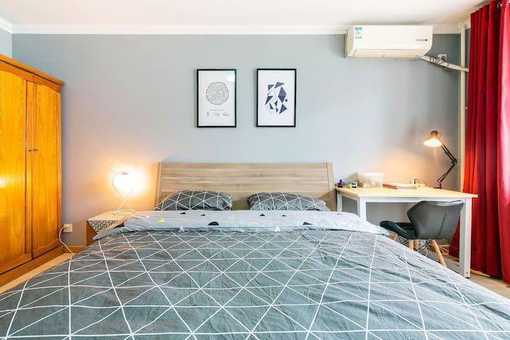 卧室一张1.8米的双人床,软硬适中,饱满填充不易变形的枕头,柔软蓬松的春秋被,再加上纯棉北欧风格四件套,为您营造一个放松、舒适的睡眠空间。