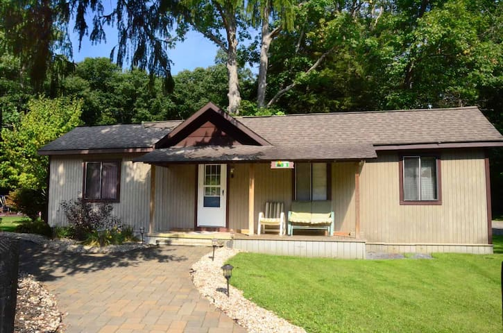 Peaceful cabin near Swallow Falls State Park, fire pit & community playground!