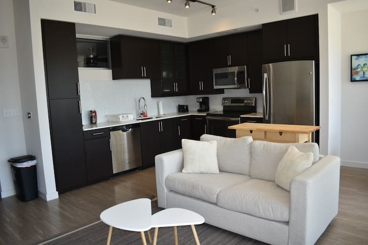Central Rainey Street 1/1 w/balcony & much more