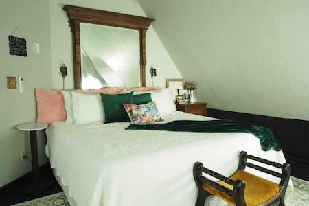 The Inn At 117 - Hays City Suite