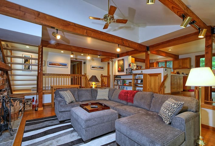 Pet friendly Lakewood Lodge is a wonderful vacation home that overlooks Kent Pond