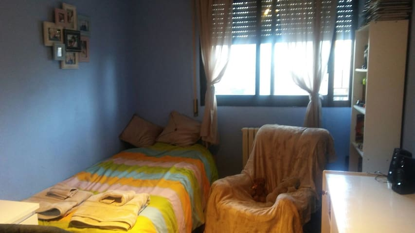 Two rooms, three beds in family home, Zaragoza.