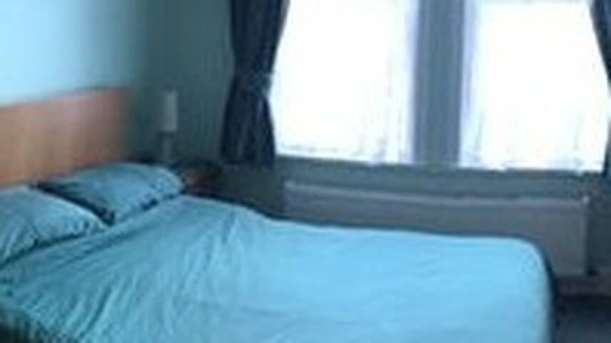 Light and airy double size bedroom - Bournemouth - Huis
