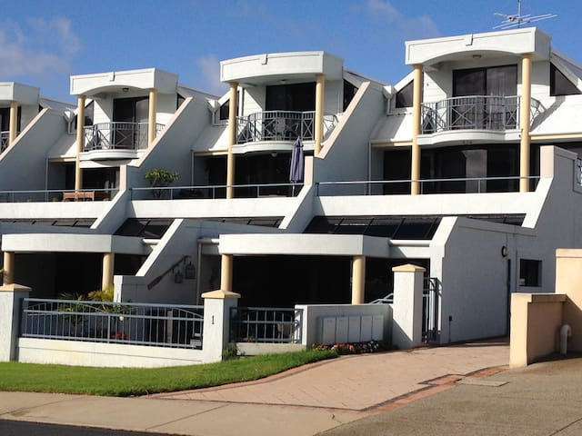 Mandalay Beachfront Apt - Spectacular Views! - Rockingham