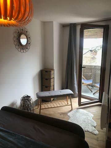 Suite parentale avec balcon privatif et salle d'eau.