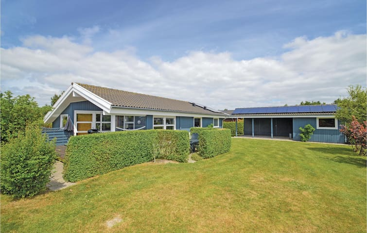 Holiday cottage with 3 bedrooms on 76m² in Væggerløse