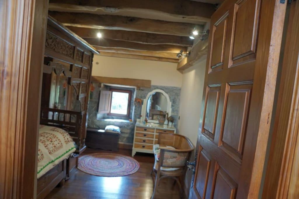 Habitación simple de 12,6m2 con vista sur mostrador, cama estilo Indio.