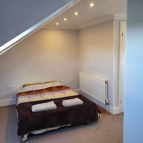 Quiet & Cozy private room near Southfields Station