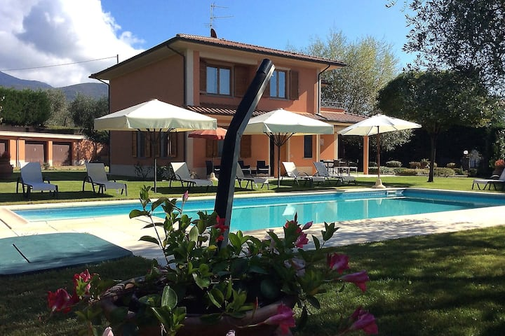 Luring Villa in Tuscany hills with Barbecue