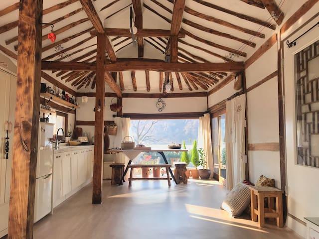 현암리돌담집은 정원이 예쁩니다.오래된 한옥고택 하룻밤 편히 쉴수 있도록 정성을 다하겠습니다
