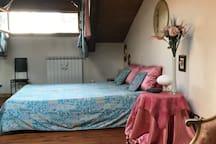 Qua trovate il letto della camera da letto e la finestra dalla quale è visibile sia il castello ma anche la Sagra di San Michele