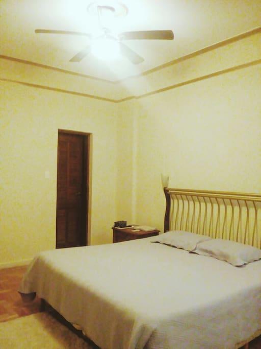 Suite com cama King size e ar condicionado.