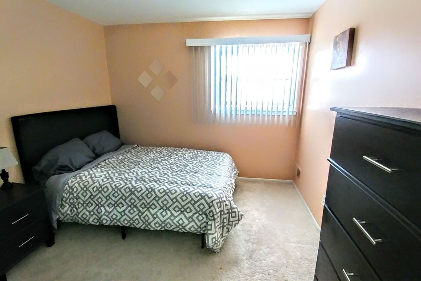 Guest bedroom w/ full size bed