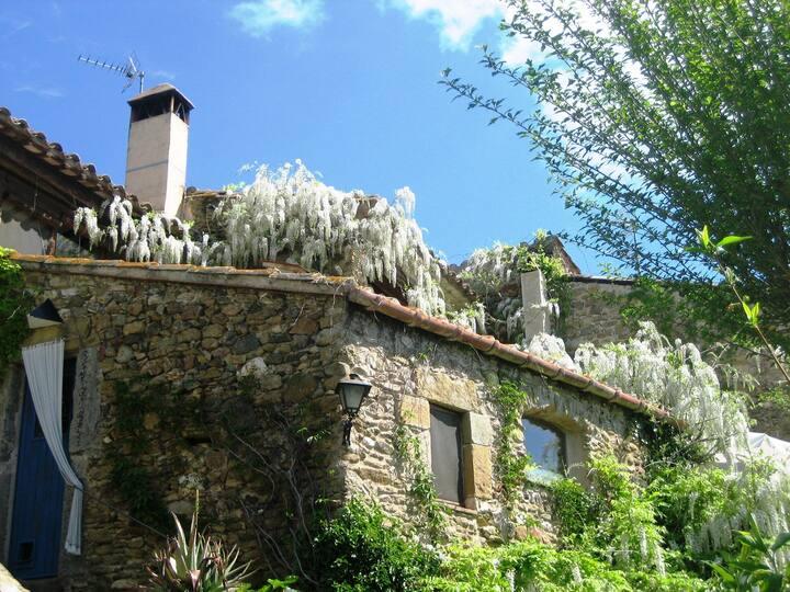 Casa de piedra en el pueblo medieval de Monells