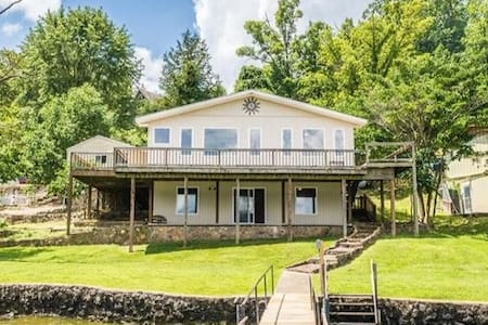 Beautiful Lakefront Home on Lake of the Ozarks!