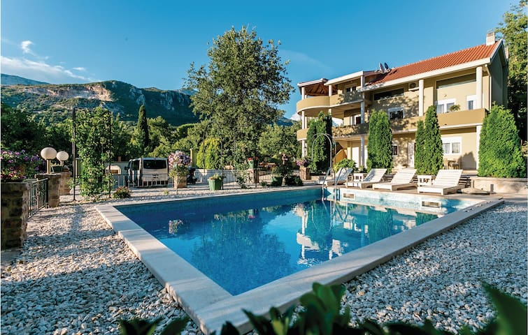 Holiday cottage with 4 bedrooms on 338m² in Herceg Novi