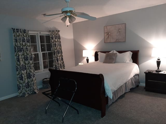 Clean Spacious Queen Sz Bedroom North of Atlanta!