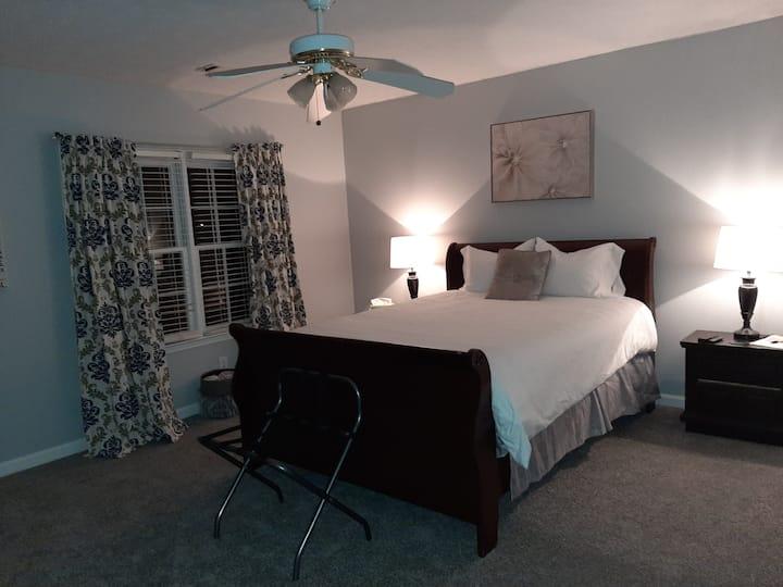 Clean Spacious Queen Sz Bedroom North of Atlanta!