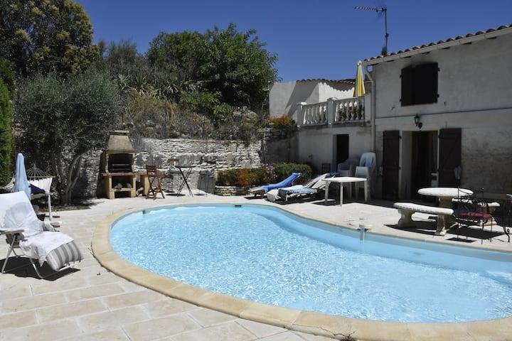 chaleureuse maison avec terrasse privée et piscine