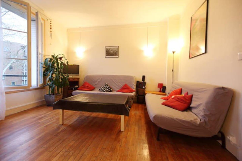 Salon avec 2 canapé-lits