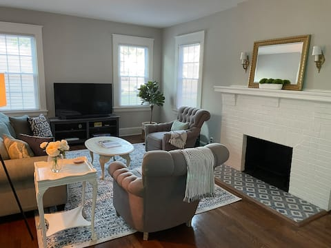 NEWLY RENOVATED Lakeside Cottage, Shop+Golf & more