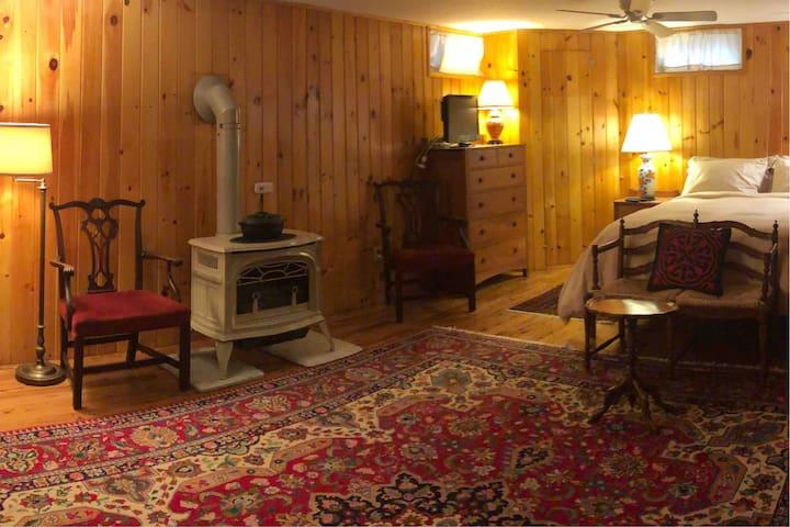 Saltbox in Sunderland- Cozy queen size bedroom