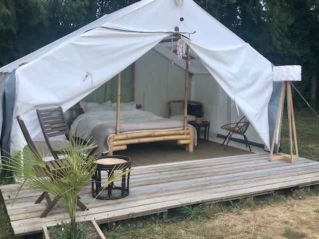 Tente Lodge, au bord du canal de Nantes à Brest