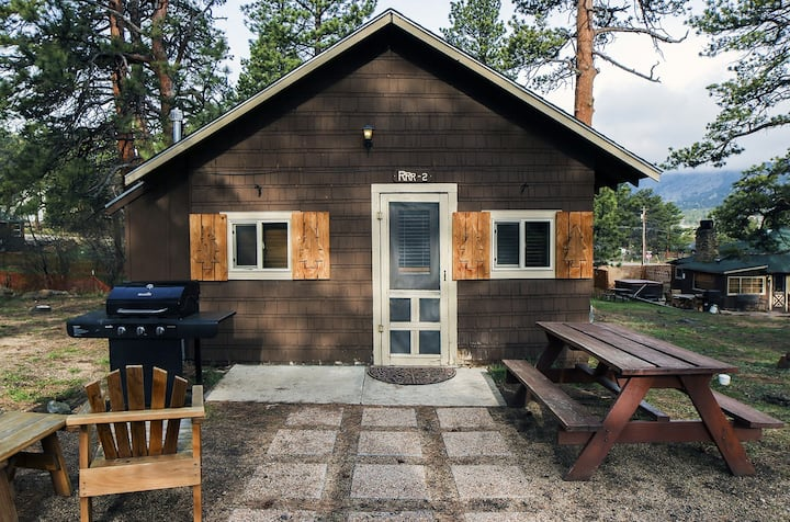 The Sheriff's House is a rustic and cozy 1 bedroom cabin close to National Park