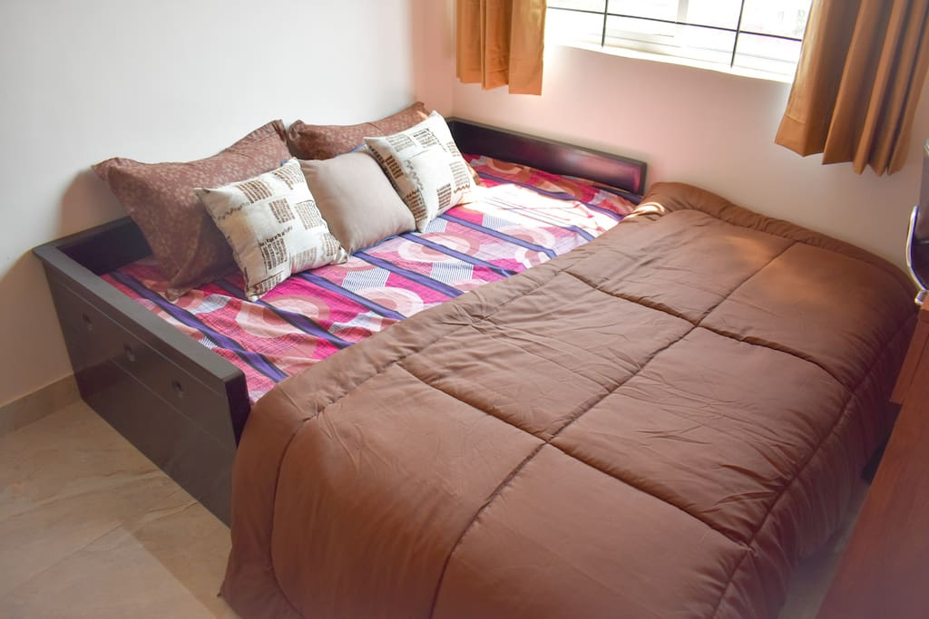 Cosy Queen Bed with cushions & Quilt blanket
