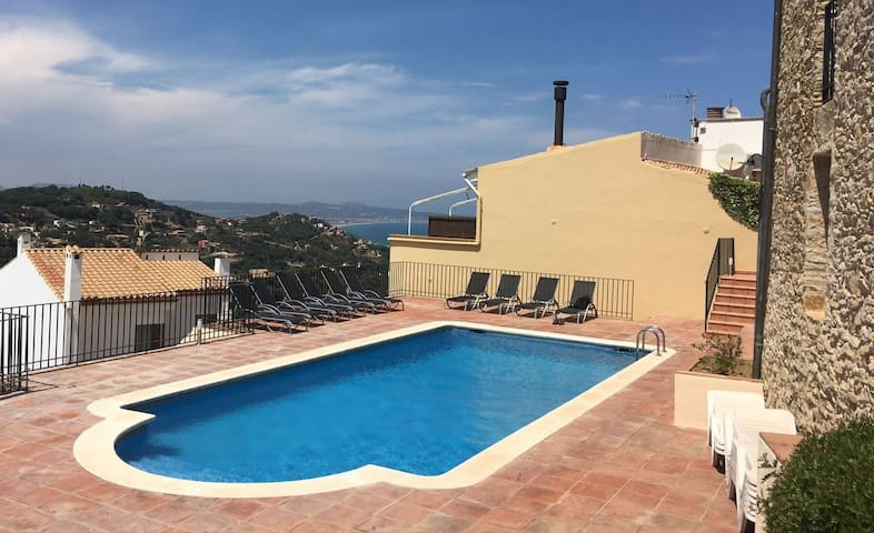 Centre of Begur 2 Bdrm pool & views