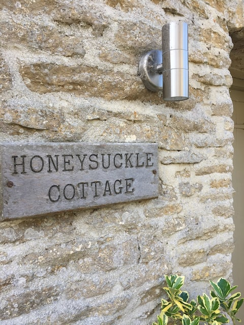 Beautiful Old Cotswold Cottage with shared pool
