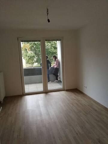 维也纳23区u6站线上,交通方便 安静,全新的公寓,两间卧室,一个客厅共80个平方.