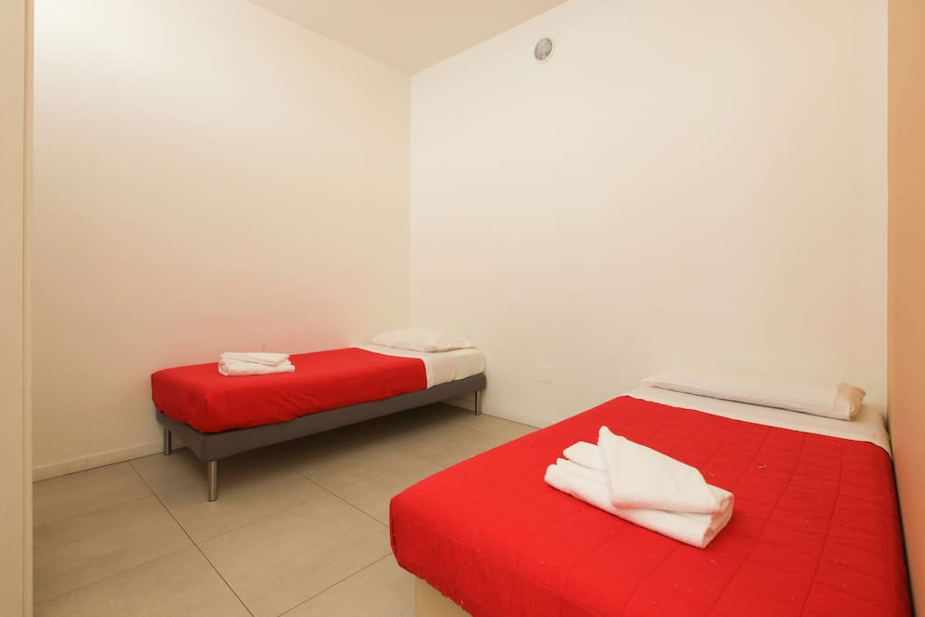 Bedroom 2: 2 single beds