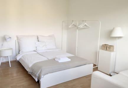 Modernes Zimmer zwischen Innenstadt & Rhein