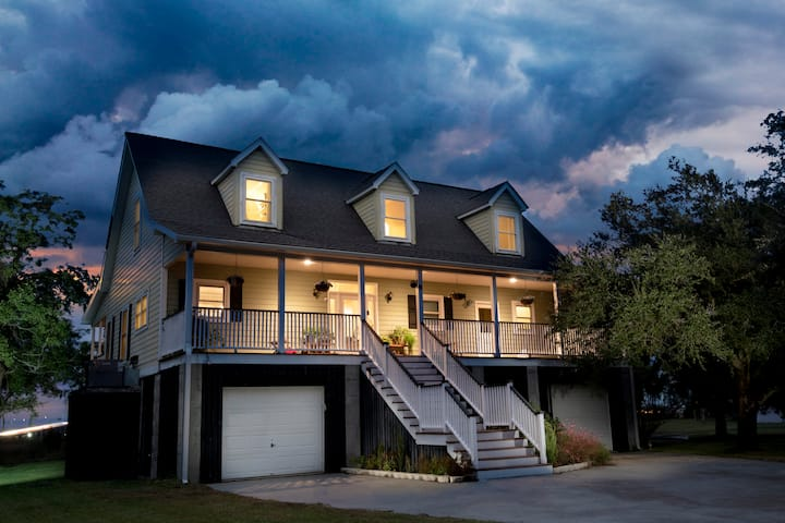Waterfront Home 5 minutes From Downtown Charleston