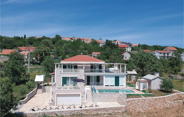 Nice home in Cista Provo with WiFi, Outdoor swimming pool and 5 Bedrooms